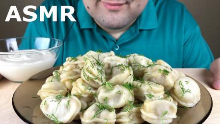 """国外吃货大叔,吃""""俄罗斯饺子"""",蘸上新鲜奶油吃得真香,真馋人"""