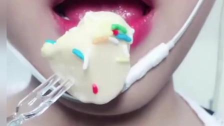 声控吃播: 小姐姐吃冰淇淋蛋糕,发出软软的咀嚼音
