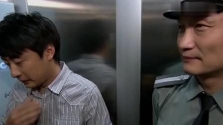 魔幻手机2:陆小千在电梯里想傻妞,却不知身边的保安就是她