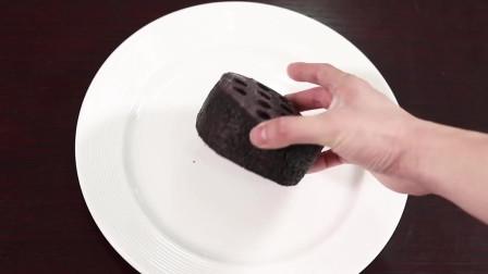 搞笑爷爷奶奶第一次吃网红蜂窝煤蛋糕,以为是烧的煤球!为什么他们都不太喜欢蜂窝煤蛋糕