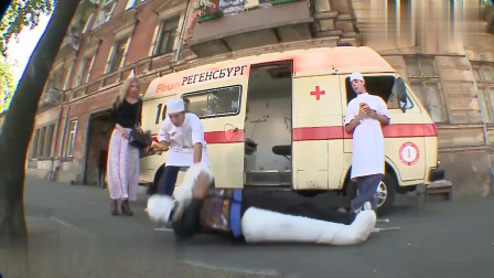 国外恶搞:不顾病人死活到点就吃饭,医护人员