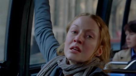 危机边缘:女子乘坐公交车,却突然冲下车,原地自爆