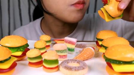 小姐姐试吃迷你汉堡橡皮糖,可爱的造型俘获人心,5层不同的口味