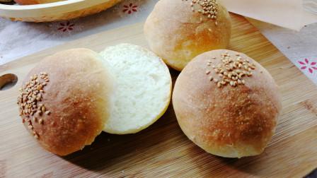 这道麦香味十足的汉堡面包胚 面团经过拍打口感非常好