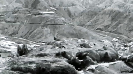 为炸开20层楼高的岩体,基建兵动用1万吨炸药延时引爆