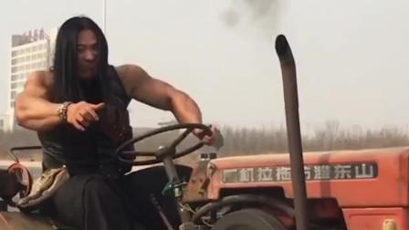 爆笑!虽然你开的拖拉机,但是你开出了战斗机的气势!