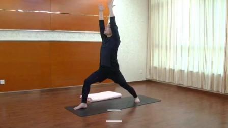 瑜伽从下犬式如何过渡到战士一式