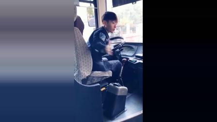 这个公交司机很有礼貌,还有点帅