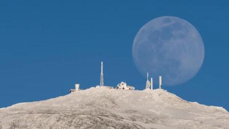 美呆了!月亮从美国雪山后升起 延时视频展示全过程