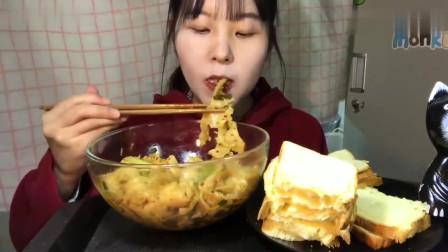 中国吃播:小姐姐吃吐司面包和油泼面,满满奶酪看着就好吃