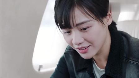 《橙红年代》:刘子光把戒指放到给胡蓉的甜点里,两人的点滴重现