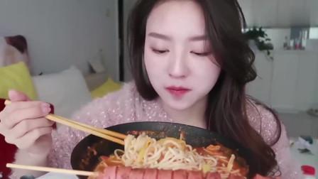 吃播大胃王:新疆萌妹子吃牛腩番茄米线和烤肠,长相太好看了!