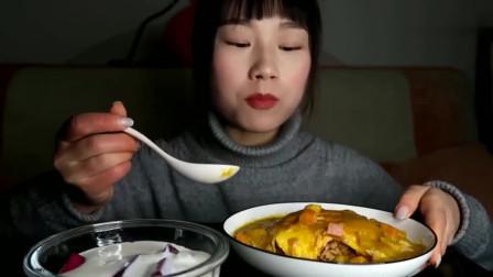 小姐姐吃咖喱流心蛋包饭和火龙果拌酸奶,看着好好吃呀