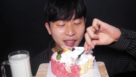 国外吃货小哥,吃巴黎贝甜生奶油水果蛋糕、发出诱人的咀嚼声