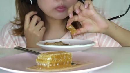 国外女吃货,吃黄金蜂巢蜜、烤全麦面包,配上花生酱,吃得太香了