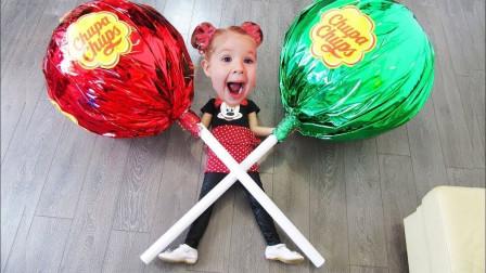 太神奇了!超萌小萝莉拿着好大的棒棒糖,难道被施了魔法?