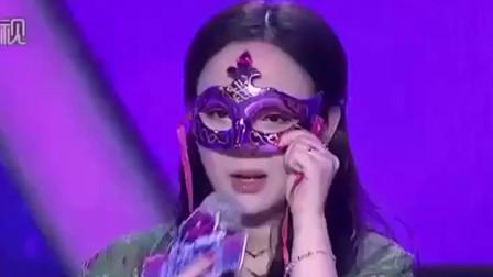 当女嘉宾揭开面具时,台下观众竟激动得起立鼓掌,真的好漂亮!