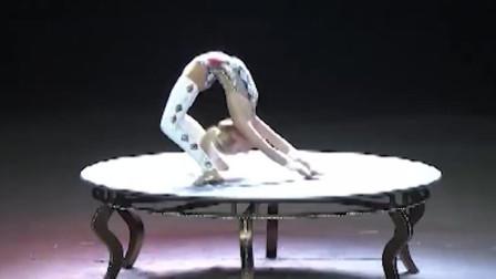 惊艳舞台的柔术,高难度的表演让人目不转睛,很优秀!