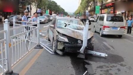 司机油门当刹车撞飞中央护栏 对向车辆纷纷避让