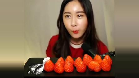 小姐姐吃播:饱满红草莓配鲜奶油,真的是太满足了