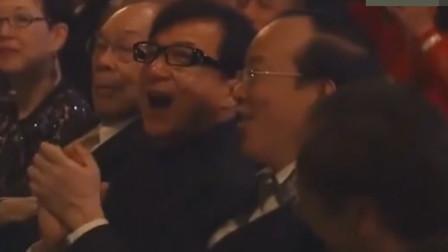 真正的殿堂级歌手,一开口让人热血沸腾,成龙连连拍手叫好与他合唱