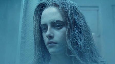 美女正准备洗澡,然后却被冻成了冰雕,原来是