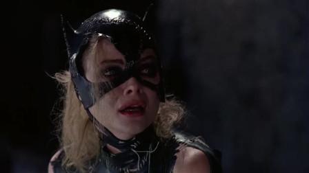 蝙蝠侠向猫女表明了心意,也表明了自己的身份,猫女很高兴
