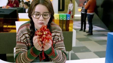 美女一来公司看见大家都在吃喜糖,不料仔细一问,原来是自己结婚