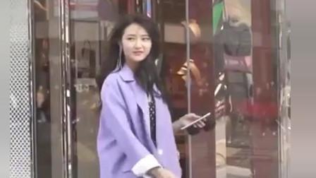 街拍:颜值超高的小姐姐,黑色长裙搭配紫色外套太显温柔了