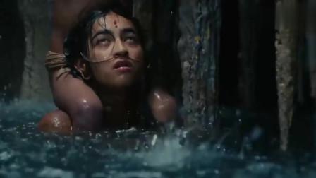 原始部落直接在水中分娩,强忍着剧痛,伟大的母爱