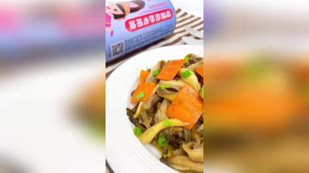 素炒鲜蘑 食材: 鲜蘑、胡萝卜、葱花 1、鲜蘑洗净、淋干水、撕成条
