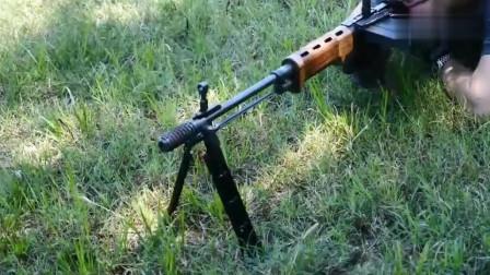 可单发 连发的一款步枪,还能当机枪实用,弹匣很特别