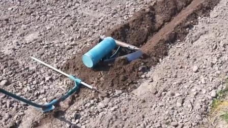 农村大叔发明开沟小工具,不用油不用电,农民种地很实用