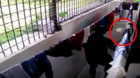 通道晾内裤,猛然被突袭!,监控拍到可怕一幕