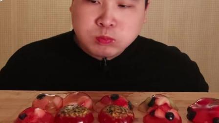 韩国小哥哥吃亲自制作的水果布丁,太厉害了,吸东西一样简单,几大口吃完