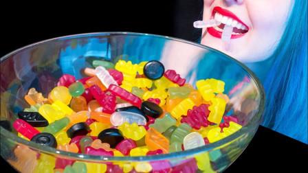 五颜六色的果汁软糖,小姐姐准备一大碗,吃的真过瘾啊