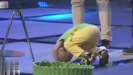 萌娃张峻豪游戏失败,被李鑫惩罚翻跟头,小峻豪太听话了!