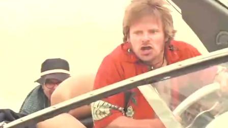 男子开游艇被 后面的雇佣兵拿重机枪疯狂的扫射。