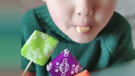 美女吃播:妹子吃方块巧克力,吃棒棒糖,边吃边玩好开心!
