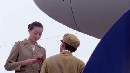 空姐:首长专机别人不能进,小伙当场掏出证件,空姐一看瞬间懵呐
