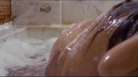 人鱼公主:泡澡有风险,姑娘变身美人鱼,逃出浴缸,不料晕过去 (1)