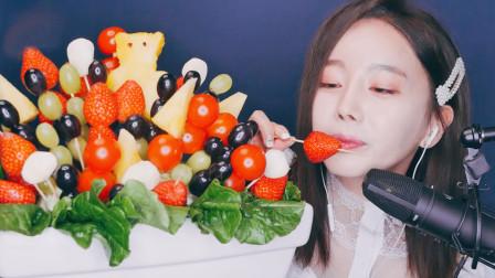 小姐姐吃水果串,菠萝变身成可爱的小熊,声音听着很水润
