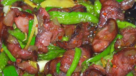 阿哥炒了一盘腊肠放两种辣椒,这才是腊肠最好吃的做法