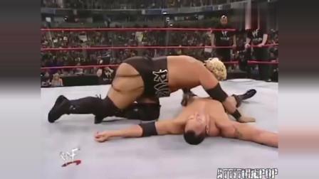 WWE:强森一直都留有余力,他要等的就是,最后出手的送葬者!