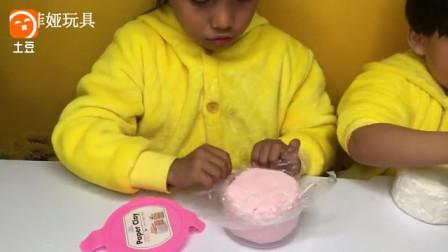 苏菲亚用彩泥DIY美味蛋糕的亲子游戏 粘土食玩手工玩具 苏菲娅玩?