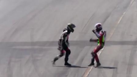 活久见!两摩托车手相撞后赛道上互殴
