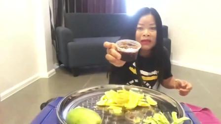 泰国嗯嗯大妈用青芒果蘸酱吃,有点像我老家的吃法