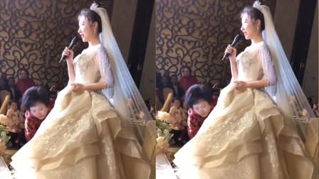 婚礼现场新娘献唱《光年之外》,婆婆还帮忙提裙摆,网友:这简直就是中国好婆婆啊!