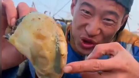 渔民大哥的海螺可真大啊!一拿出来海螺肉我都羡慕了!咬着吃满足