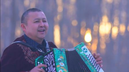 新疆大叔28年收藏1200台手风琴,建500㎡博物馆展览